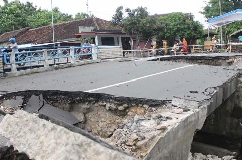 Jembatan Penghubung Antardesa Nyaris Runtuh