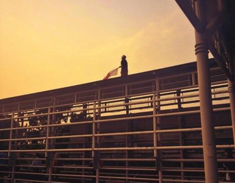 <i>Ups</i>...Ada Pria dengan Bendera Merah Putih di Atap Jembatan Senayan