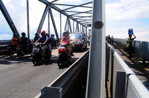 Kendaraan Bawa Barang Dilarang Lewat Jembatan Kapuas