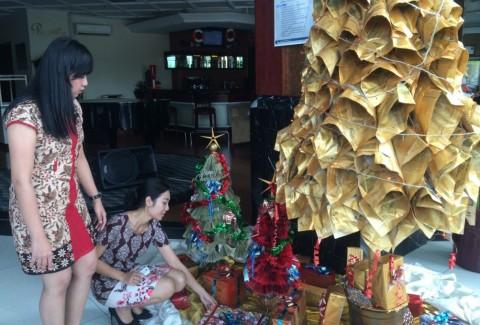 paling keren cara membuat pohon natal dari ketas koran