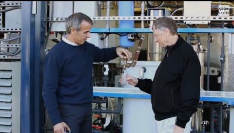 Bill Gates Minum Air dari Kotoran Manusia untuk Promosikan Teknologi Baru