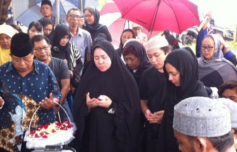 Isak Tangis Warnai Pemakaman Ibunda Melly Goeslaw