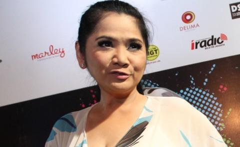Vina Panduwinata Terjatuh Usai Melayat Ibunda Melly Goeslaw