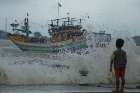 Kapal Dihantam Gelombang, Satu Nelayan Hilang