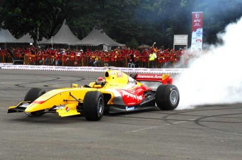 Sean Gelael <i>Geber</i> Mobil Formula Renault 3,5 di HUT KFC ke-35 Senayan