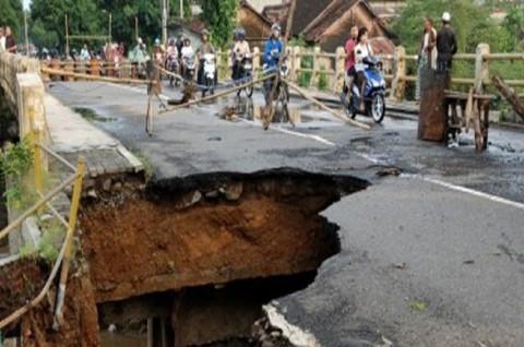 Jembatan Penghubung Lima Desa di Sumedang Longsor