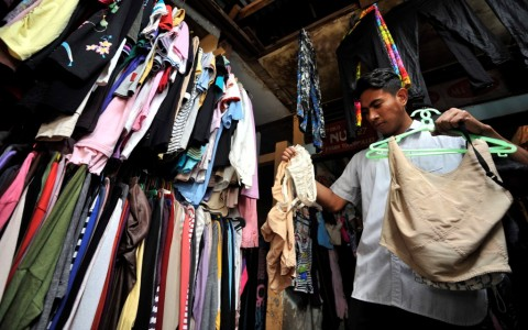 Meski Dilarang, Pedagang Pakaian Bekas Tetap Berjualan