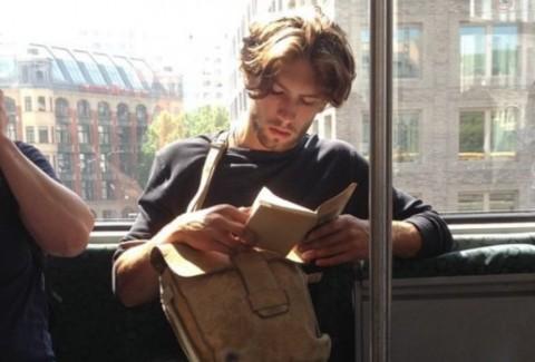 Pria Tampan Baca Buku Jadi Tren di <i>Instagram</i>