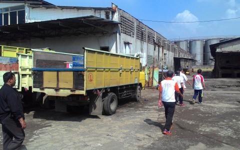 Setop Operasi, Karyawan Pabrik Es Batu Beracun Menderita