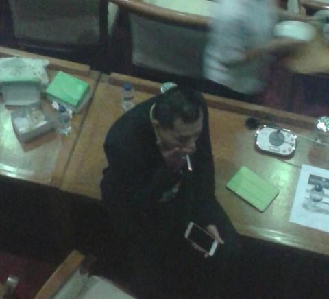 Anggota DPR Merokok di Ruang Rapat, Diduga Anang Hermansyah