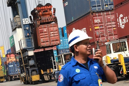 Petugas Jakarta International Container Terminal (JICT)