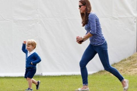 Sepatu Crocs yang Dipakai Pangeran George Terjual Habis