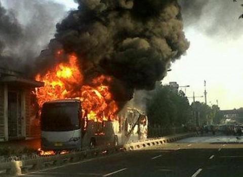 Saksi Mata: Api Keluar dari Bawah Bus TransJakarta
