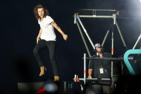 Jatuh di Atas Panggung, Harry Styles Jadi Bahan Tertawaan