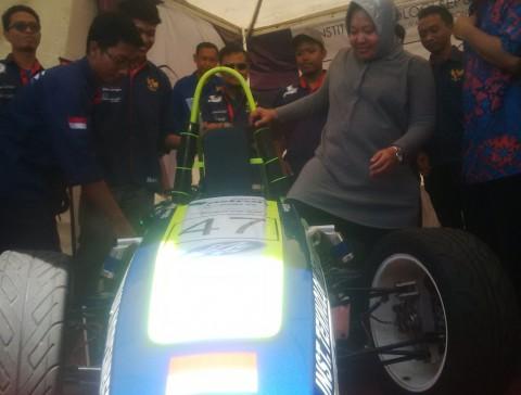 Risma Resmikan Mobil Balap Karya Mahasiswa ITS