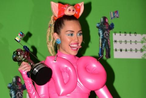 Miley Cyrus Tutup MTV VMA 2015 dengan Promo Album Baru