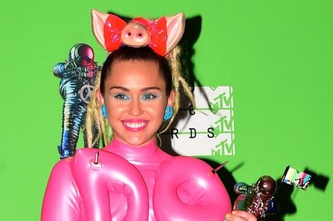 Miley Cyrus Tak Tertarik Ikuti Jejak Taylor Swift