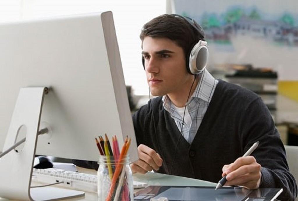 mendengarkan podcast di kantor