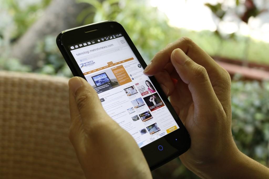 Mengingat ukurannya yang kecil, Powerphone E1 mudah di bawa dengan satu tangan.