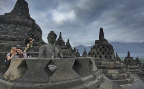 Pengenaan Sandal di Candi Borobudur Perlu Kajian