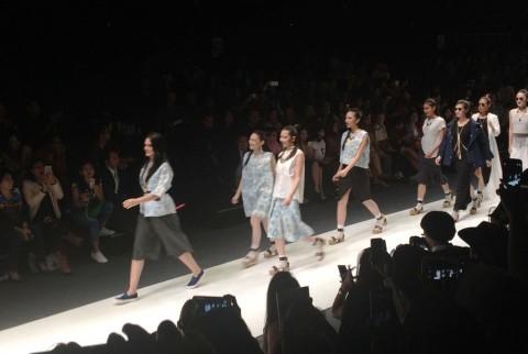 Personel JKT48 Peragakan Busana Koleksi Luna Maya
