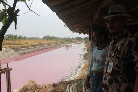 KLH Brebes Uji Sampel Air Sungai Kamal