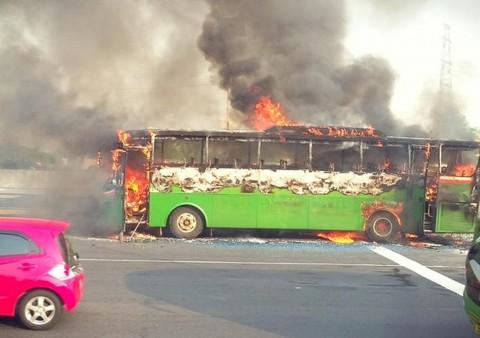 Bus Mayasari Bakti Terbakar Dekat Gerbang Tol Halim