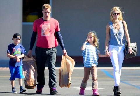 Chris Martin Ajak Anak dan Mantan Istri Nyanyi di Album Baru Coldplay