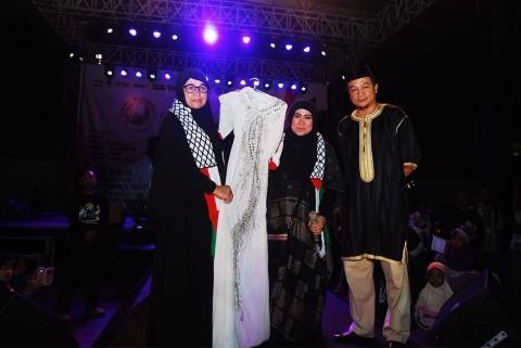 Bantu Palestina, Melly Goeslaw Lelang Baju