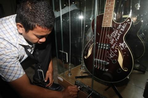 Gitar Bass Metallica untuk Jokowi Dipajang di Bandung