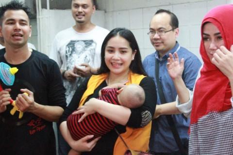 Nagita Slavina Gendong Rafathar Hadiri Peresmian Bisnis Miliknya