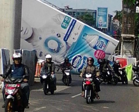 Papan Reklame di Jalan Tendean Roboh