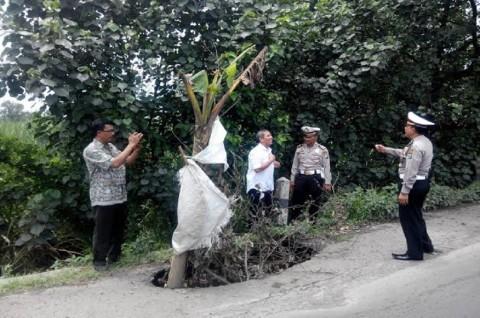 Cat Putih Tandai Lubang yang Bertebaran di Jalur Nasional di Jombang