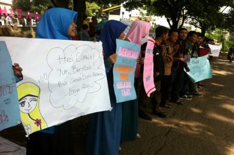 Tolak Valentine, Mahasiswa Unpad Bagi-bagi Jilbab
