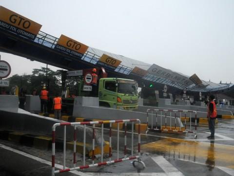 Gerbang Tol Cikunir 2 Roboh, Kendaraan Dialihkan ke Tol Halim