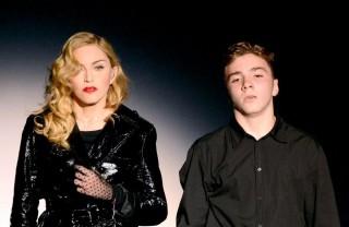 Madonna Tangisi Anaknya di Tengah Konser