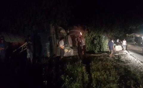 Truk Tronton Tabrak Rumah, 8 Orang Terluka