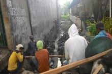 Saluran Pembuangan Jamban di Surabaya Cemari Drainase