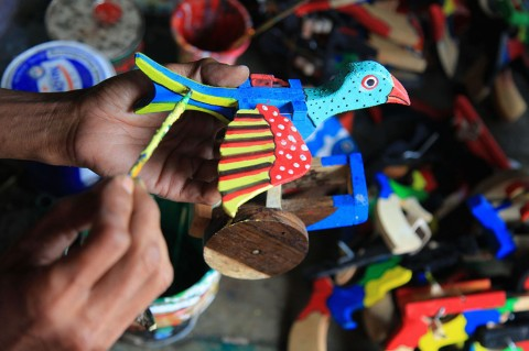 Mainan Tradisional Ramah Lingkungan dari Limbah Kayu