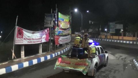 Dengan Alat Seadanya, Polisi Bangkalan Keliling Bangunkan Warga