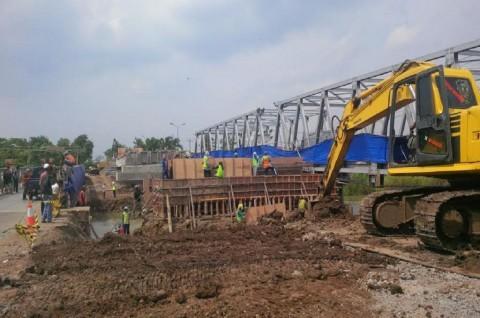Buruh Bekerja 24 Jam, Kebut Penyelesaian Jembatan