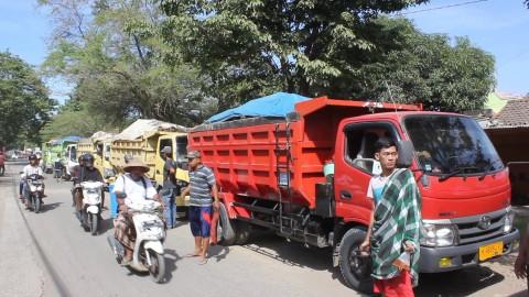 Jalan Berdebu, Warga Kendal Blokade Truk Galian C