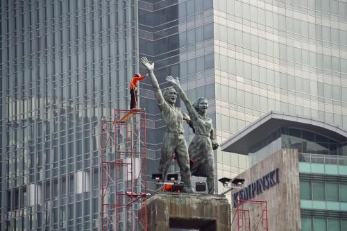 Sejumlah pekerja menyelesaikan renovasi Tugu Selamat Datang di