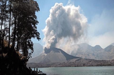 Anak Gunung Rinjani Erupsi setelah Gempa di Dompu