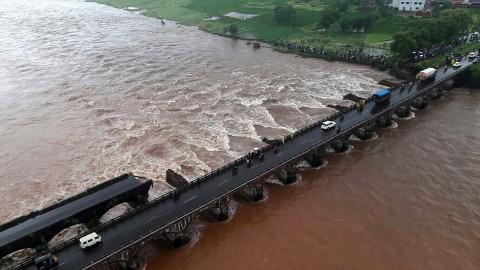Bus Terjun ke Sungai di India, 22 Orang Hilang
