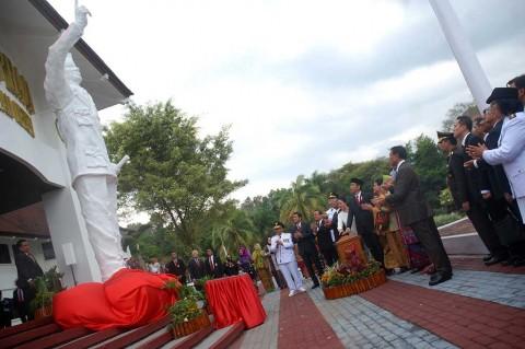 Jokowi Resmikan Patung Bung Karno di IPDN