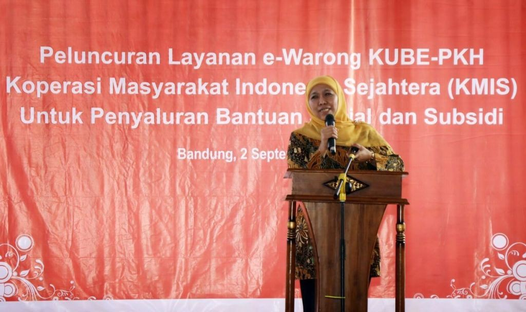 Menteri Sosial Khofifah Indar Parawansa meresmikan 10 e-Warung Kelompok Usaha Bersama Program Keluarga Harapan (KUBE-PKH) di Kota Bandung, Jumat, 2 September 2016 (Foto:Dok.Kemensos)