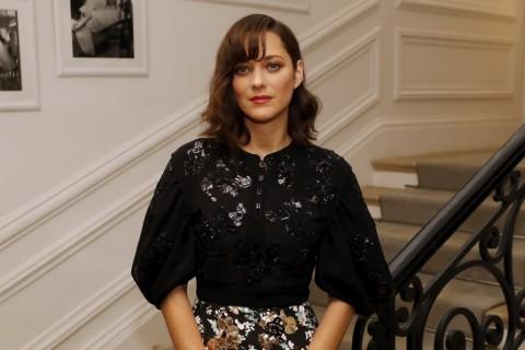 Marion Cotillard Heran Dikaitkan dengan Perceraian Brad Pitt & Angelina Jolie