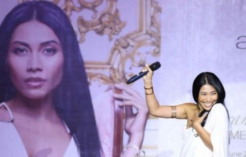 Setelah 20 Tahun, Anggun C Sasmi Kembali Nyanyikan Lagu Berbahasa Indonesia