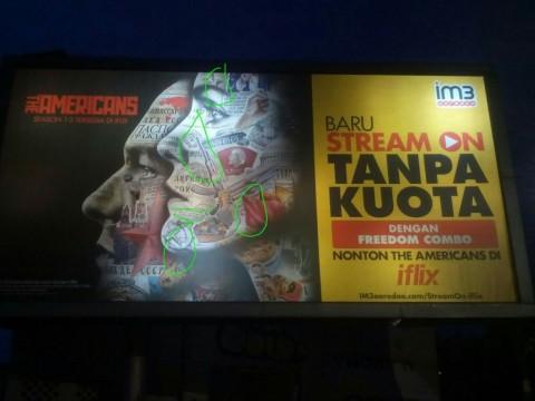 <i>Billboard</i> Provider Telekomunikasi Bergambar Palu Arit Dicopot